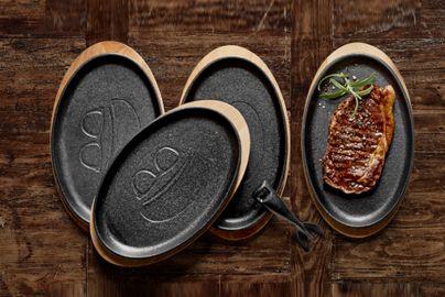 Holm støbejerns tallerkener med bordskånere i ahorn